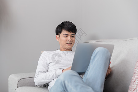 坐在床上看书的女生高清图片