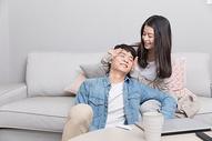 坐在客厅互动的情侣图片