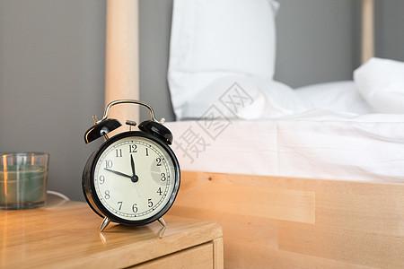 放在床头的闹钟图片
