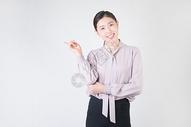 自信的休闲商务女性图片