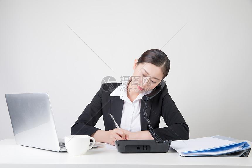接电话的商务女性客服图片