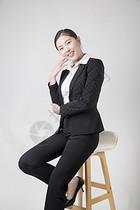 坐凳子上的商务女性图片
