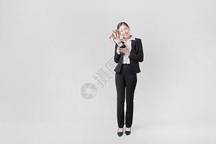 手拿奖杯的商务女性图片