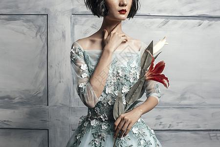 拿着花的美女图片