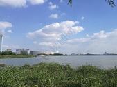 湖畔边的东方之门图片