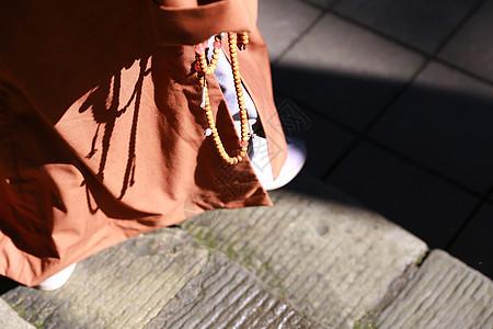 手拿佛珠的僧人图片