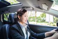 商务女性在驾驶汽车图片