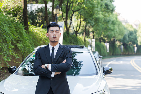 商务男士靠在车前休息图片