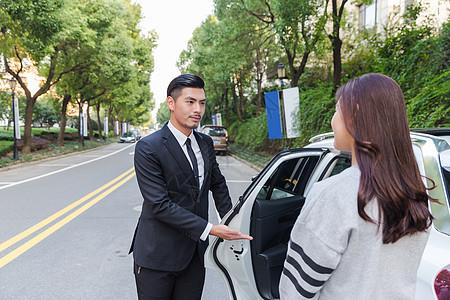 专车司机为乘客开车门图片