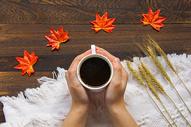 冬日温暖手捧咖啡杯图片