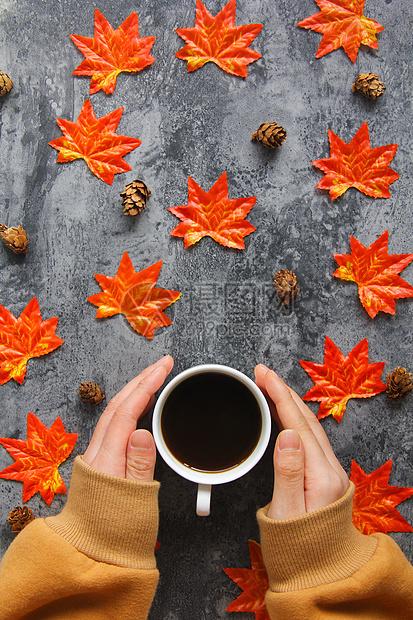 秋冬手捧咖啡温暖枫叶图图片