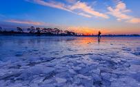 冬天美丽的吉林雾凇岛结冰的湖面图片