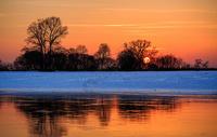 吉林雾凇岛冬季日落湖面倒影图片