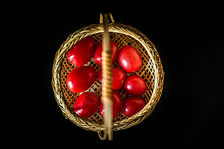 一篮子圣女果图片