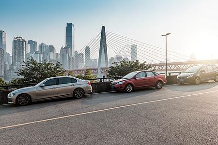重庆城市街道旁的汽车图片