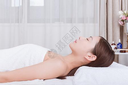 水润护肤美女闭目养神图片