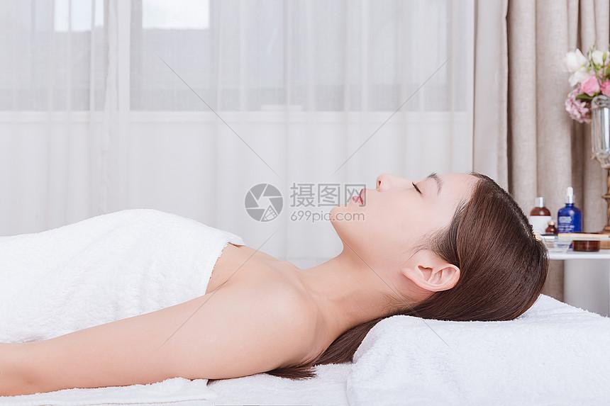水润护肤美女闭目养神动漫亲美女图片