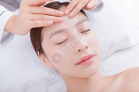 美容师给美女顾客面部按摩图片
