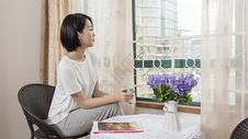 女子在家休息喝咖啡图片
