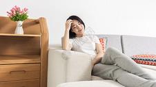 女子在家休闲享受图片