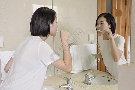 女子在卫生间刷牙高清图片