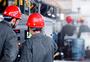 重化工企业人员操作电气设备图片