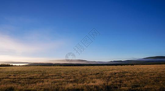 草原的晨雾图片