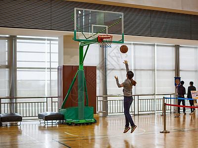 学校趣味运动会打篮球的场面图片