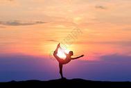 夕阳下的瑜伽剪影500719798图片