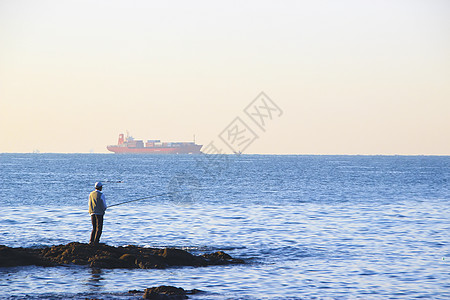 岸边垂钓的人图片