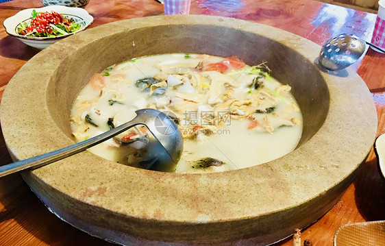 泸沽湖石锅鱼图片