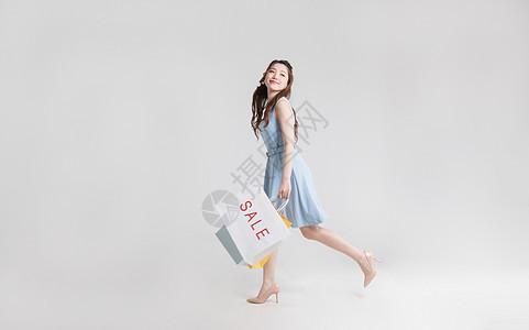 提着购物袋的年轻美女图片