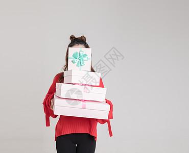 抱着礼物盒的年轻美女图片