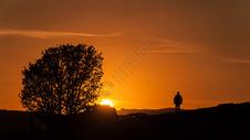 内蒙古坝上草原夕阳下的旅行者图片