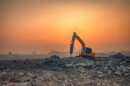 夕阳下的挖掘机图片