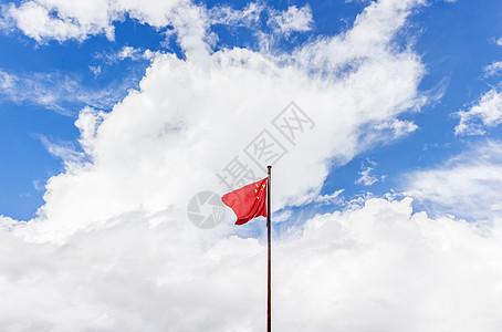 蓝天下的国旗图片