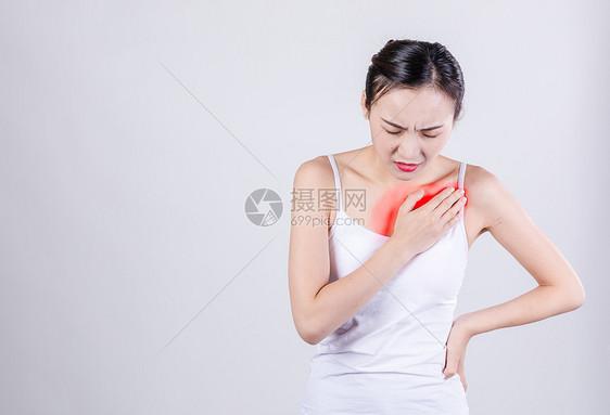 胸口疼的女性图片