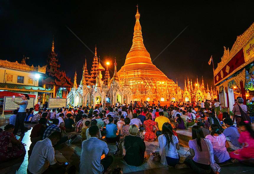 缅甸仰光大金塔朝拜的人群图片