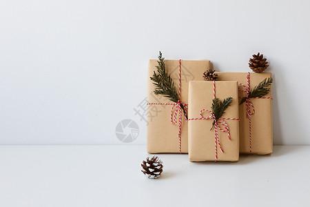 圣诞礼物摆在白色桌面上图片