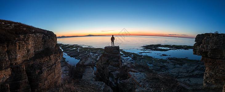 日落下的海岸全景图片