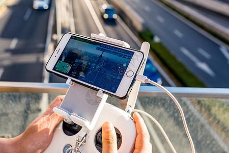 城市中操控无人机图片