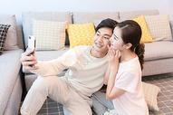 年轻情侣在客厅嬉戏图片