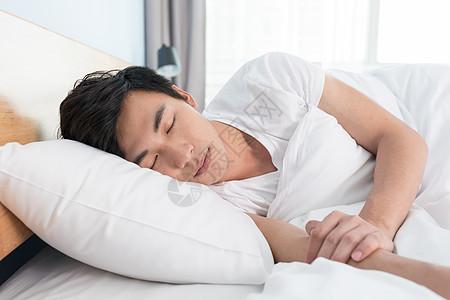 在床上熟睡的年轻男性图片