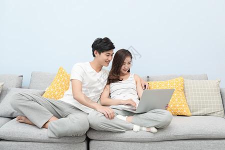 情侣坐在沙发上看电脑图片