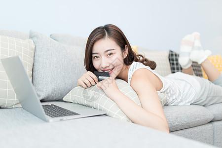 躺在沙发上网购的女性图片