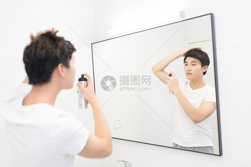 年轻男性洗漱整理头发图片