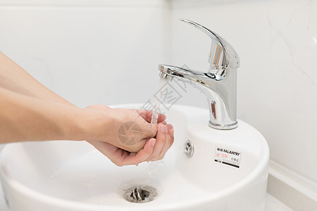 开着水龙头洗手图片