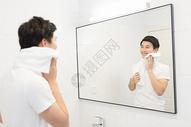 年轻男性洗漱刷牙500722757图片