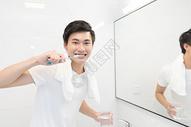 年轻男性洗漱刷牙图片