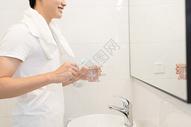 年轻男性洗漱刷牙500722766图片